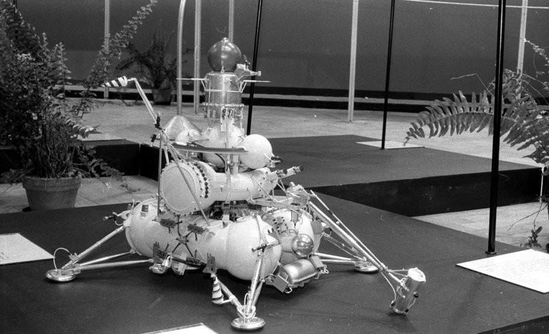 """Посадочная ступень """"Луна-24"""". На Землю доставлена колонка лунного грунта длиной около 160 сантиметров и весом 170 граммов. Последняя проба грунта."""