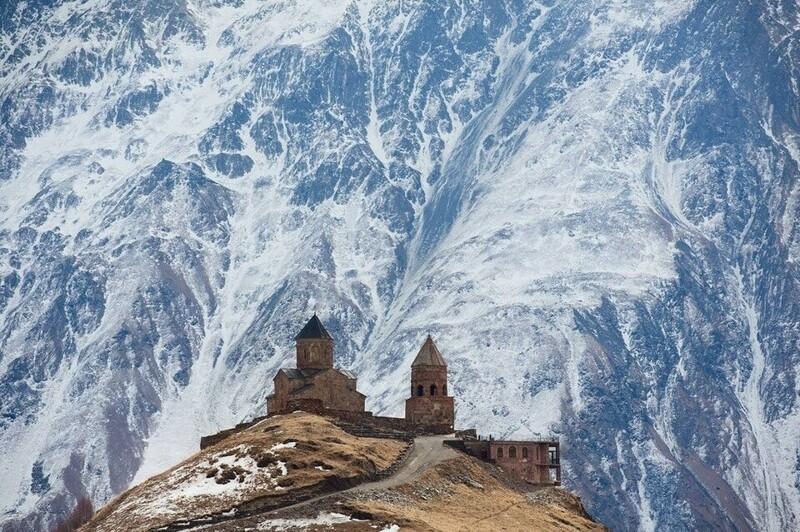 2. Троицкая церковь в Гергети, Грузия, на фоне вулкана Казбек