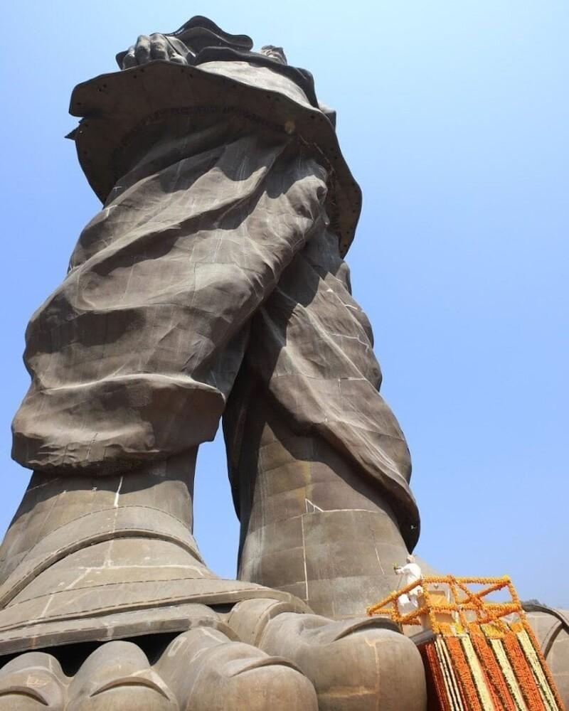 4. Вид снизу на Статую Единства, Индия