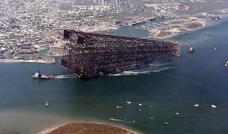 17. Нефтяная платформа Bullwinkle доставляется на место установки в Мексиканском заливе, 1988 год