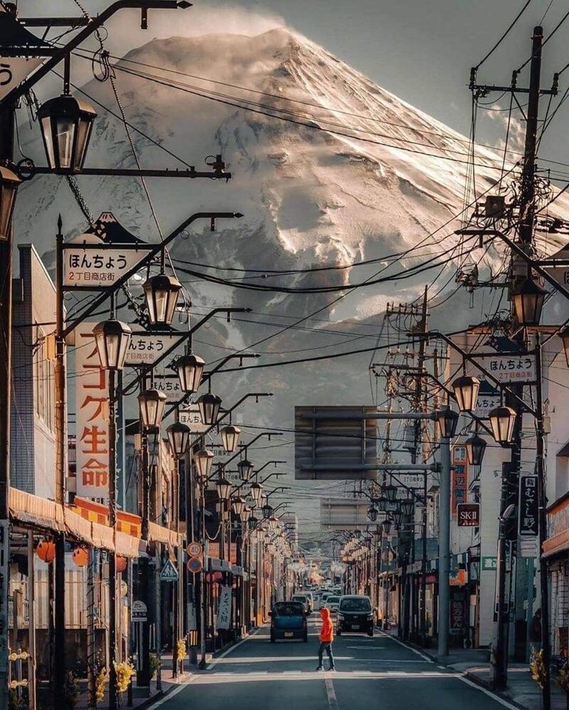 9. Вид на вулкан Фудзияма из близлежащего города