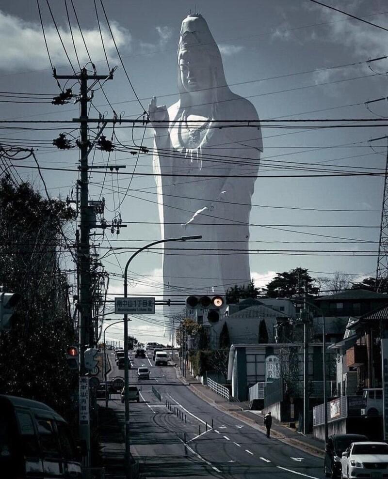 13. Вид на 100-метровую статую богини Каннон в Сэндае, Япония