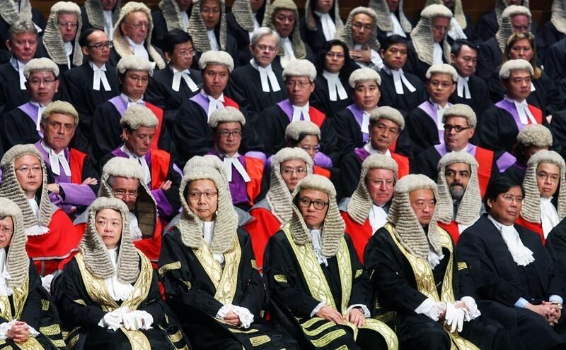 Почему юристы Великобритании носят парики