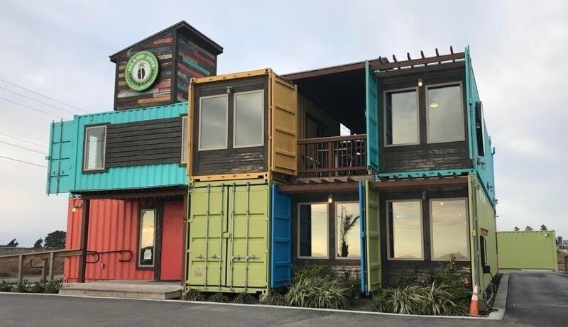 Кофейня, построенная из цветных грузовых контейнеров