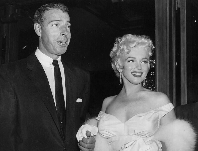 """После смерти Мэрилин Монро, Джо Ди Маджио устроил частные похороны, запретив звать голливудскую элиту. Он доставлял розы на ее могилу каждую неделю больше 20 лет, никогда больше не женился, а его последними словами были: """"Я наконец увижу Мэрилин"""""""