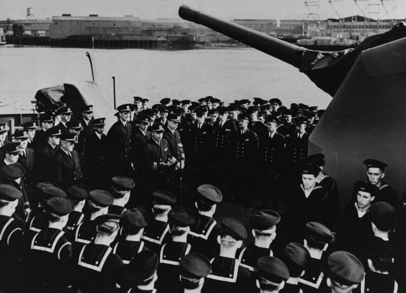 """Капитан """"Джонстона"""" Эрнст Эванс в 1944 году отвлекал на себя внимание неприятеля, позволив совершить высадку армии на острова. За храдрость он посмертно награжден Медалью почета, став первым индейцем, получившим эту награду"""