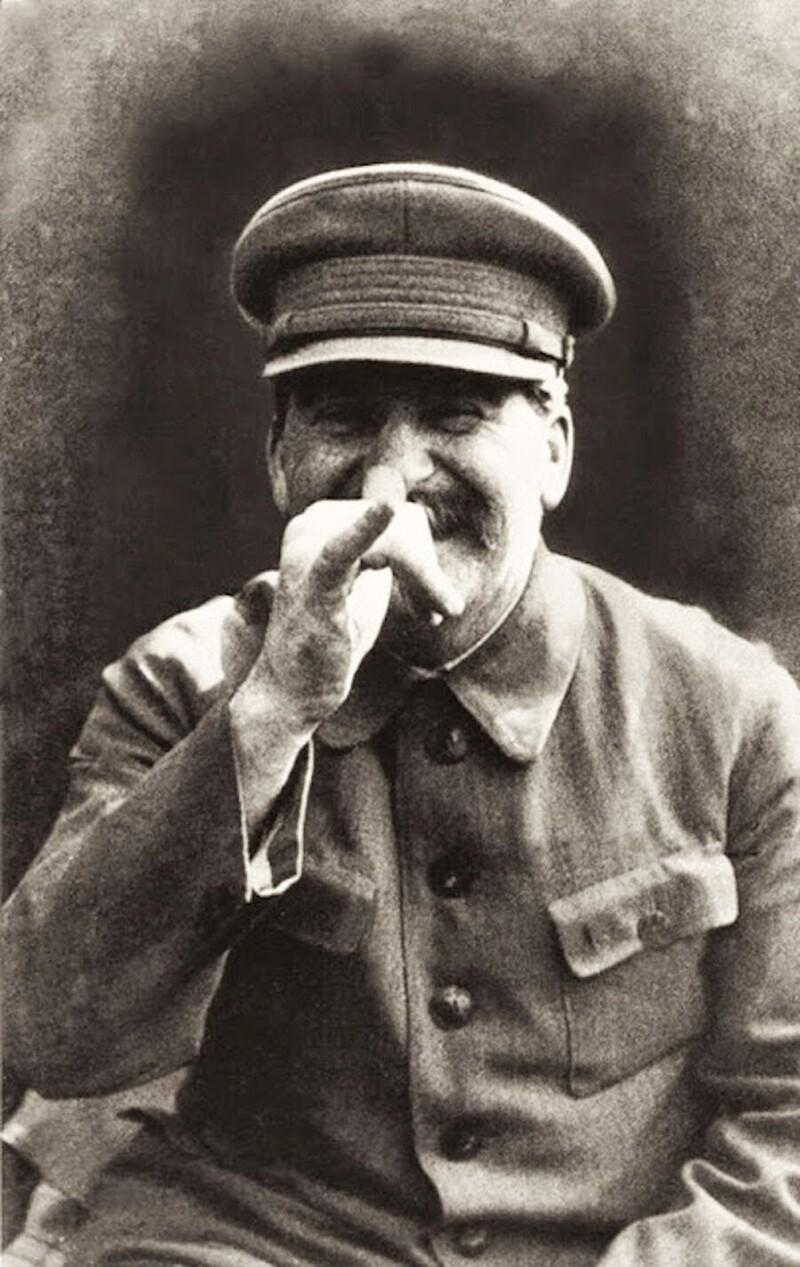 """Сталин в шутку делает """"козу"""" своему охраннику Николаю Власику, 1952 г. Через несколько недель Власик будет арестован и отправлен в лагерь"""