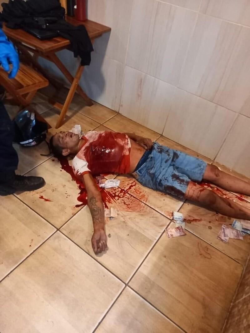 Пара грабителей навестила булочную в Бразилии, но не ожидала, что у посетителя окажется пистолет
