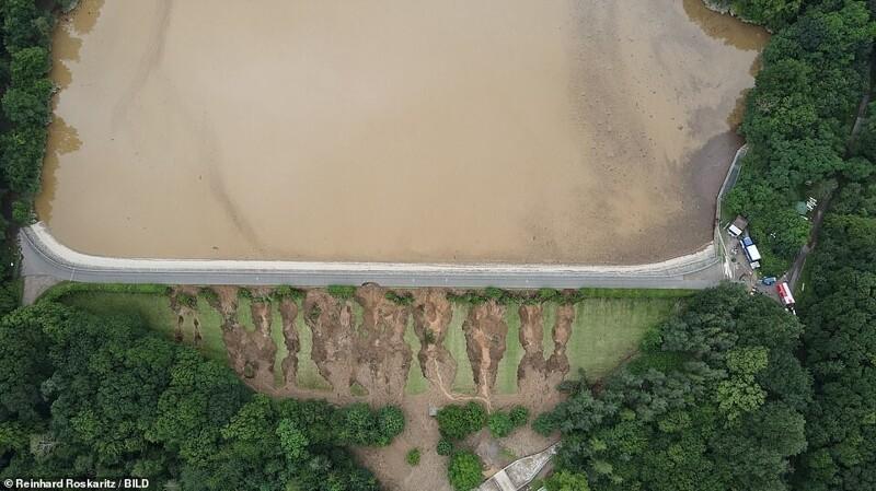 Плотина переполнилась водой, ее дренажная система заблокирована и в ней возникло огромное давление. Появились трещины в грунтовой стене