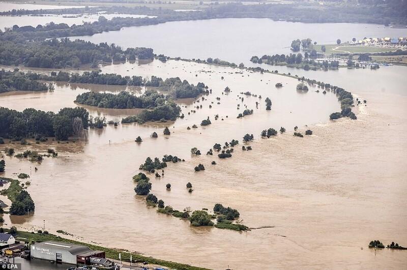 Уровень воды на реке Маас, которая протекает из Бельгии в Нидерланды, остается критическим, и несколько плотин находятся под угрозой обрушения