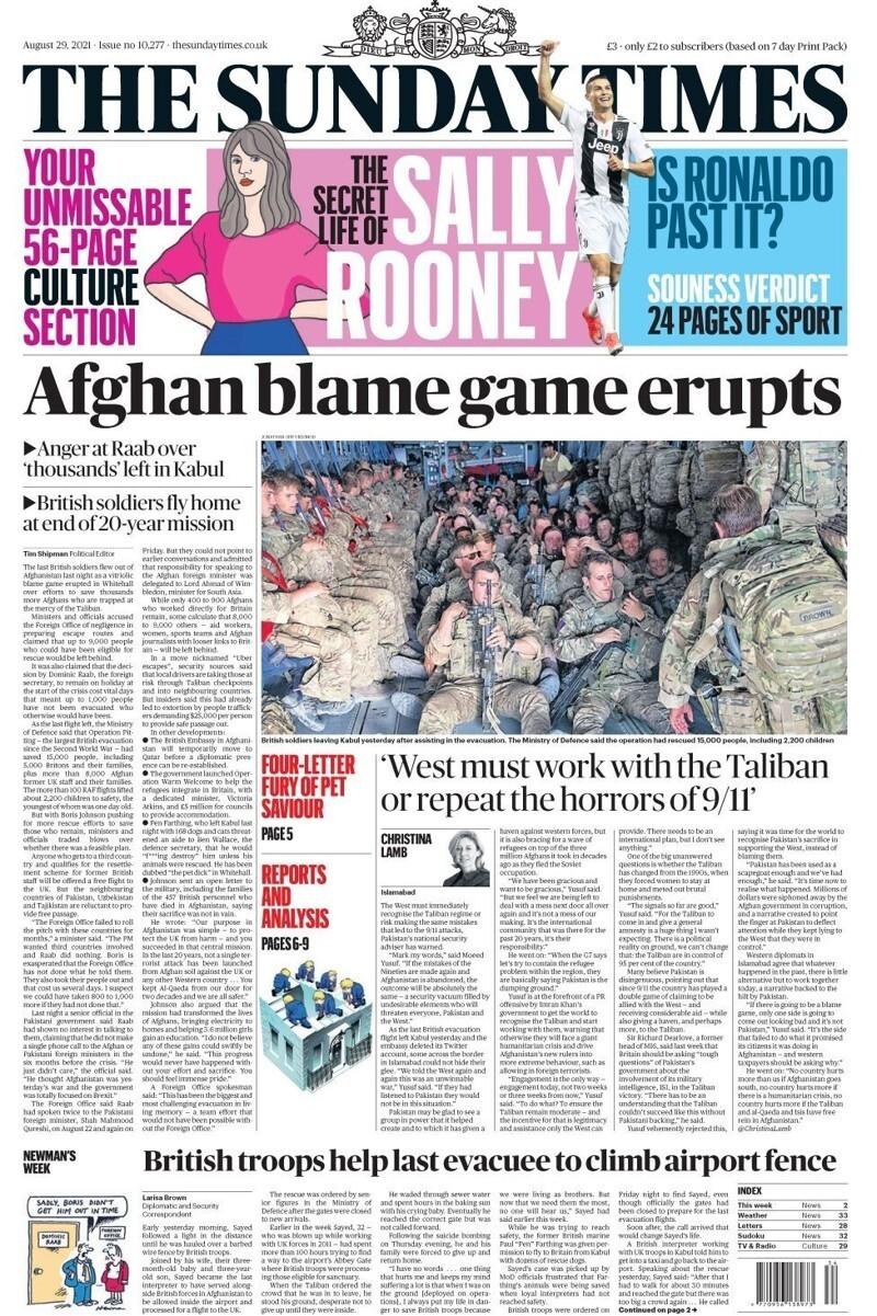"""""""Британские войска помогают последнему эвакуированному перелезть через забор аэропорта"""" и фото - Британские солдаты покидают Кабул, после оказания помощи в эвакуации. Министерство обороны заявляет, что спасены 15 тысяч человек, включая 2200 детей."""