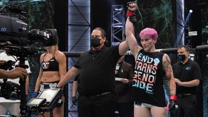 Женщина-трансгендер дебютировала вММАивыиграла бой, применив удушающий прием